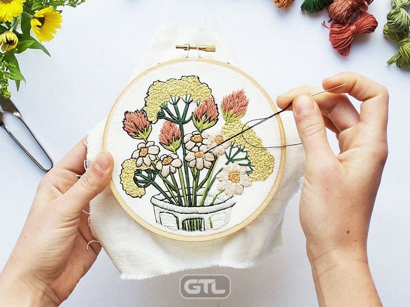 Оригинальная флористическая вышивка