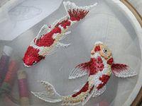 Яркие вышитые рыбки на прозрачном фоне